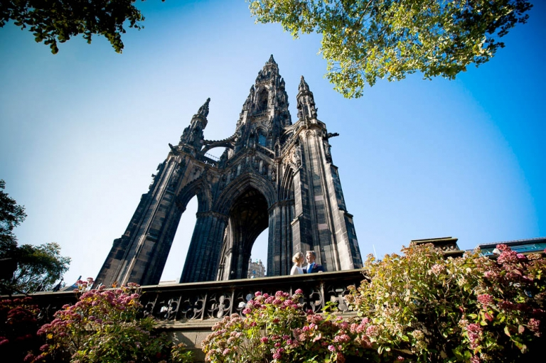 newlywed under scott monument