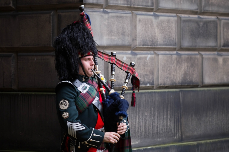 piper plaing on the street - wedding photography